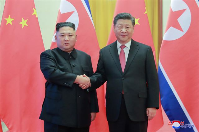 지난 1월 4차 방중한 김 위원장이 베이징 인민대회당에서 열린 공식 환영식에서 시 주석과 악수하는 모습. 연합뉴스