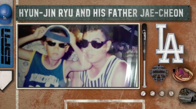 어린 시절 류현진(왼쪽)과 아버지 류재천씨가 함께 찍은 사진을 소개한 ESPN 중계 화면.