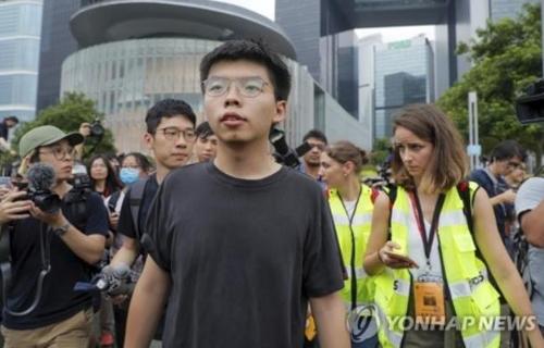 홍콩 '우산 혁명' 지도자 조슈아 웡 출소 (AP=연합뉴스)