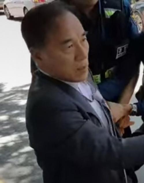 경찰에 의해 제지당하는 김충환 전 의원 [교회개혁평신도행동연대 제공]