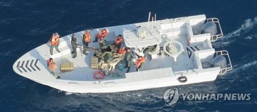 2019년 6월 17일 미 국방부가 오만해(海) 유조선 피습사건의 배후가 이란이라고 주장하며 공개한 사진. 미 국방부는 미 해군 헬리콥터가 촬영한 이 사진에 찍힌 선박에 일본 해운사 소속 파나마 선적 유조선 고쿠카 커레이저스호(號)에서 폭발하지 않은 선체부착 폭탄을 제거한 이란 혁명수비대(IRGC) 대원들이 타고 있다고 밝혔다. [AP=연합뉴스]