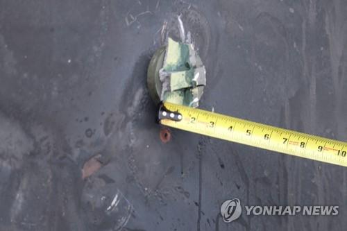 2019년 6월 17일 미 국방부가 오만해(海) 유조선 피습사건의 배후가 이란이라고 주장하며 공개한 사진. 일본 해운사 소속 파나마 선적 유조선 고쿠카 커레이저스호(號)의 외부에 선체부착 폭탄을 붙이기 위해 쓰인 자석과 잔여물로 보이는 물체가 붙어 있다. [EPA=연합뉴스]