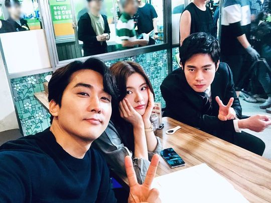 <p>Song Seung Heon, Lee Sun-bin, Kim of tvN new drama The Great Show shooting scene was unveiled.</p><p>Actor Song Seung Heon 6 19 his Instagram in the great show Lee Sun-bin. Kim. Song Seung Heonthe post with the pictures showing.</p><p>In the picture, towards the camera Smile, Song Seung Heon, Lee Sun-bin, Kim of won. Song Seung Heon and Kim brand is taking the pose, and Lee Sun-bin is the calyx posing as a memo area. Three people of heart-warming visuals eye-catching.</p><p>A picture for the fans and handsome, A, the real line of her, shoot the can and other reactions.</p><p>Song Seung Heon, Lee Sun-bin, Kim is starring in the great showis the second half of this year broadcast schedule.</p>