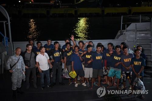중국 선박의 충돌사고로 물에 빠졌다가 구조된 필리핀 어민들 [EPA=연합뉴스 자료 사진]