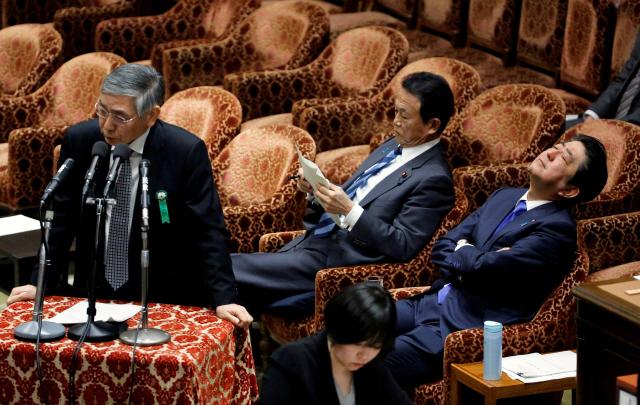 아베 신조(오른쪽) 일본 총리가 지난해 2월13일 중의원 예산위원회에 출석해 졸고 있다. 아베 총리 옆에는 아소 다로 부총리 겸 재무상이 서류를 들여다보고 있다. /도쿄=로이터연합뉴스