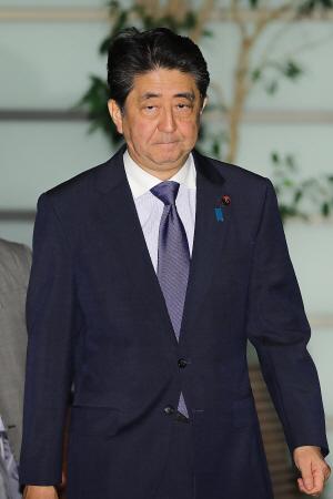 아베 신조 일본 총리가 지난 18일(현지시간) 도쿄의 집무실에 도착하고 있다. /도쿄=AFP연합뉴스