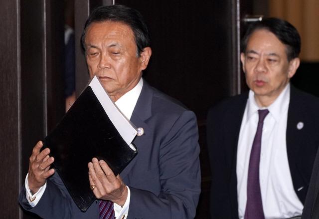 아소 다로 부총리 겸 재무상이 지난 9일 후쿠오카에서 열린 주요 20개국(G20) 세계은행 총재 및 재무장관 회의에 참석하고 있다. /후쿠오카=AFP연합뉴스