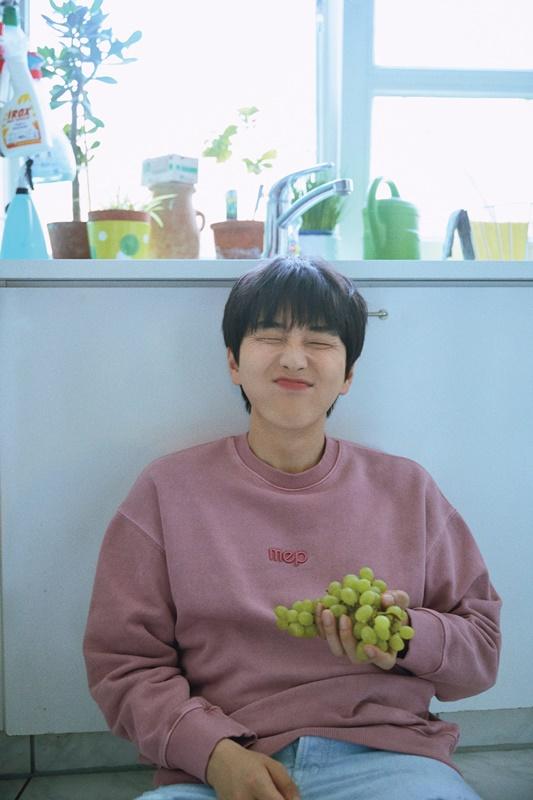 멤버 신우에게서 수록곡 '사선'을 빼앗아 왔다는 산들. 제공|WM엔터테인먼트