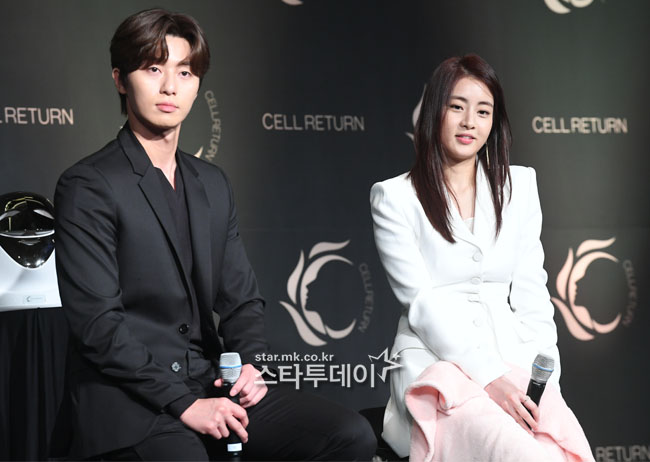 <p>24 afternoon Seoul Gwanghwamun Four Seasons Hotel to open in green LED mask brand cell return cell return platinum launch show and attend the actor Park Seo-joon, Kang So-ra pose there.</p>