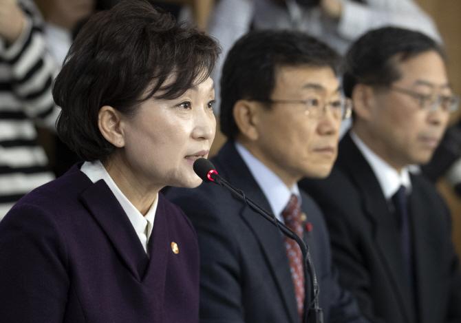 김현미 국토교통부 장관이 지난 1월24일 오후 정부서울청사에서 열린 '2019년 표준단독주택 공시가격에 대한 관계부처 합동 브리핑'에서 발언하고 있다.