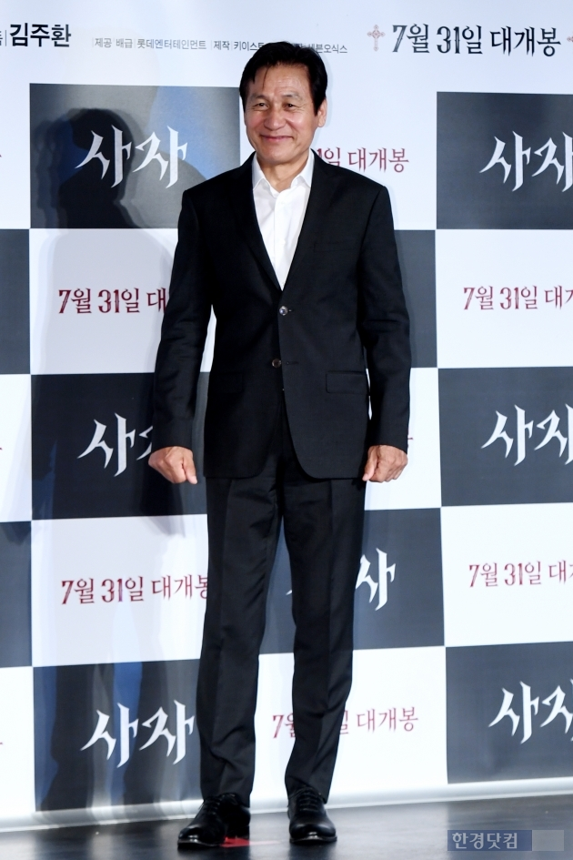<p>Actor Ahn Sung-Ki is 26 am Seoul Jayang-Dong Lotte Cinema building will open in the movie Lion(Director Kim Joo Hwan, produced Keyeast Entertainment) produced and attend to photo you have.</p><p>Ahn Sung-Ki, Park Seo-joon, we also include starring Lionis a Fighting Champion Dragon weather(Park Seo-joon)family, the priest should have some(safe)to meet the world into a chaos strong evil(惡)to fit in, its as 7 31, the opening is expected.</p>