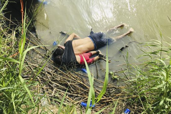엘살바도르 국적의 여자아이 발레리아(2)가 지난 24일(현지시간) 미국과 멕시코 접경지역인 마타모로스의 강에서 아버지 오스카르 알베르토 마르티네스 라미레스(26)와 함께 시신으로 발견됐다. AP뉴시스
