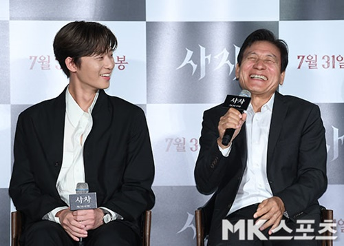 """<p> Summer theater is for joining for the movie 'Lion'of the actor Park Seo-joon and Ahn Sung-Ki, Woo Do-hwan this powerful energy as the audience to be overwhelmed and ready.</p><p>26 am Seoul Gwangjin Lotte Cinema Konkuk is from the movie 'Lion' footage screened, fabrication and open to the midst of Kim Joo hwan Director and actor Park Seo-joon, Ahn Sung-Ki, Woo Do-hwan this attended.</p><p>'Lion'is a Fighting Champion Dragon weather(Park Seo-joon)family, the priest should have some(safe enough)to meet the world into a chaos strong evil(惡)to fit in, its as, 'youth Police'(2017), and also Kim Joo hwan Director of the new site.</p><p>Kim Ju-Hwan Director of 'Lion'""""for good and evil of the huge fight that has a movie. The line to fight for the people and the evil benefits of these conflicts Drew,""""he explains.</p><p> Craft instrument for """"someday once went to France when the Archangel is the demon pressing a sculpture you have seen. There are some conflicts you have. Several stories always had tea in the 'Lion'is remembered,""""he said.</p><p>Kim Bishop is a new Korean movie for the scenario, of course, the technical part also put into was. This """"about how the challenge was. The movie for the climax for 5 minutes all the skills total was. Korean movie in the Captain Marvel universe, such as would be required to implement the elements are all there and think. In it necessarily need empathy to elicit a superhero character. In order for it to Express you character build is almost off state, but lead to a series whether movie opening this post to have a look at you would like. Ahn Sung-Ki sunbaenim our movie series Nick Fury is not to go up to the""""high aspirations exposed.</p><p>Park Seo-joon is evil and Fighting Champion Dragon after taking the role of war and other intense smoke unfolds. He said: """"during that time I showed you was a look and the other side can show the movie seems to be. The audience of admiring wonder. Years ago, the 'youth police'and in the summer life w"""