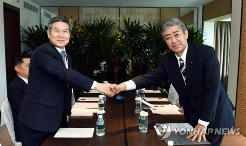 일본 방위상과 회담하는 정경두 장관 [국방부 제공. 재판매 및 DB 금지] photo@yna.co.kr