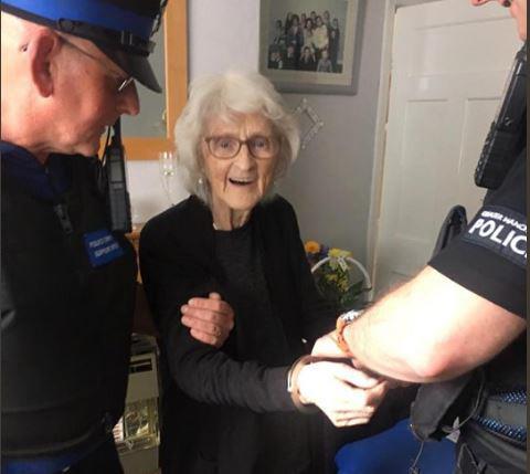 '체포돼 봤으면..' 착하게 산 93세 할머니 소원 들어준 英경찰[세븐럭카지노|타잔 토토]