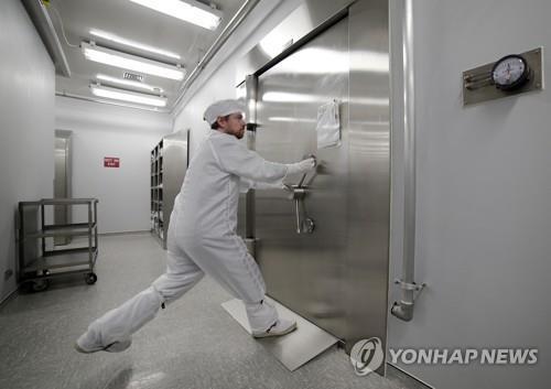 존슨우주센터 달 샘플 보관 금고로 들어가는 입구를 보호하는 철문 두 사람이 별도의 비밀번호를 조합해야 열리는 보안시스템을 갖고 있다. [AP=연합뉴스]