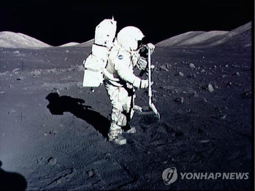토양 샘플을 채취하는 아폴로 17호 우주인 해리스 슈미트 [AFP=연합뉴스]