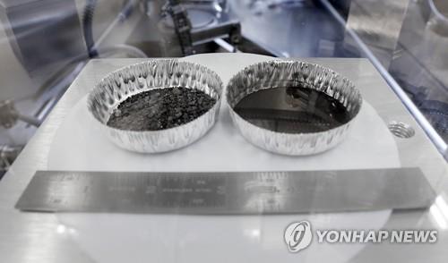 암스트롱이 지구로 귀환 전 삽으로 채취한 토양 샘플 [AP=연합뉴스]