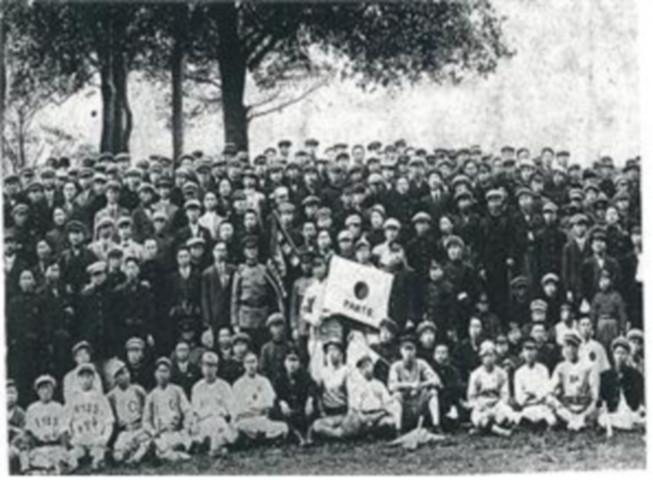 1916年、東京の朝鮮人留学生会後に撮影団体写真。 太極模様の旗を持っている少年が後に京城紡織社長を務めたキム・ヨンスだ。 ヒューマニスト提供