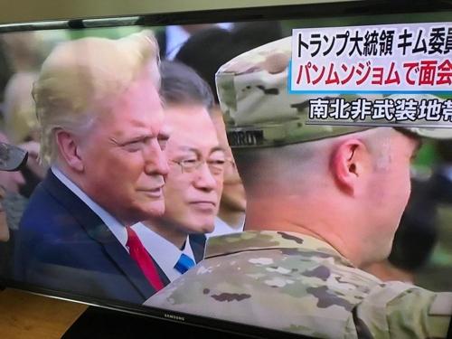 도널드 트럼프 미국 대통령과 문재인 대통령의 DMZ 방문 소식을 속보로 전하는 일본 공영방송 NHK [방송 화면 캡처]