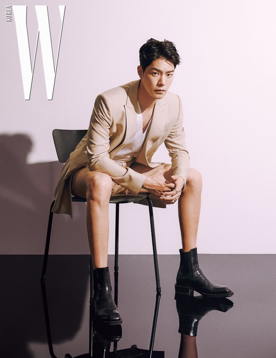 <p>Actor Hong Jong-Hyuns plentiful charms this is W Korea 7 June photoshoot is public.</p><p>Recently, the fashion magazine W Korea(W. Lok)through a public photoshoot in Hong Jong-Hyun is a arm tone charm finishing as I did.</p><p>The revealed pictorial belongs to Hong Jong-Hyun is fit just the right jacket and pants, Chelsea boots, including the usual favourite style bass with formal and spontaneity and the changing attraction more than anything.</p><p>Dim under lighting piece like this for Hong Jong-Hyun is Yeri one visage and the superior Person Height and boasts all the concept, a representation was</p>