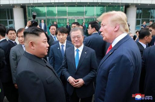 판문점 남측 자유의집 앞에서 대화하고 있는 문재인 대통령과 김정은 국무위원장, 트럼프 대통령의 모습. 연합뉴스