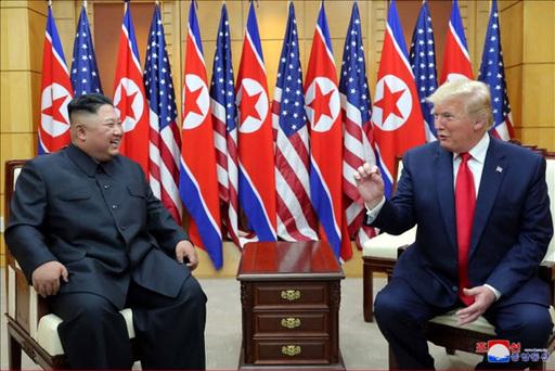 판문점 남측 자유의집 VIP실에서 만나 밝은 표정으로 대화하는 북미 정상의 모습. 연합뉴스