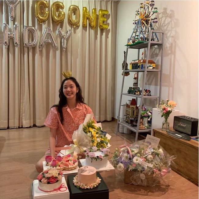 <p> Actor Kim Go-eun this birthday Thank You greetings I was.</p><p>Kim Go-eun in the past 2 days his Instagram Thank You will!That photo with one showing.</p><p>The revealed picture, Kim Go-eun is with the fans being that the cake and bouquet surrounded by it. Pink pajama wearing a crown headband to wear Kim Go-eun is the day the birthday person the most adorable smile either.</p><p>That post, in Han Ji-min, information to support hand, bear as a direct axis to leave a comment eye-catching.</p><p>Kim Go-eun recently Kim Sook of the writer to the King: the eternal overlord of appearances confirmed it was. [Photo] Kim Go-eun Instagram</p><p> Kim Go-eun Instagram</p>