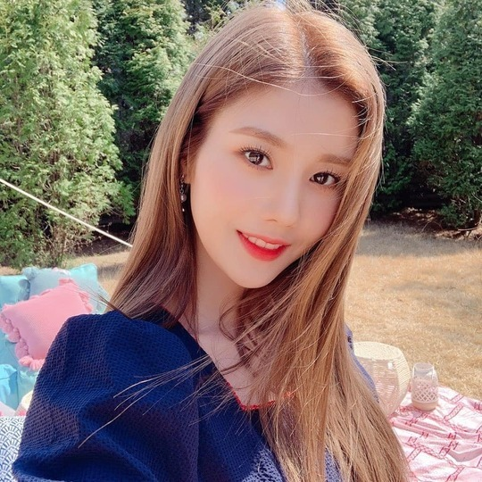 <p>Group Izone leader Hitomi Honda water right, Beautiful looks, and was proud.</p><p>Hitomi Honda is 7 November 4 Izone official Instagram the weather is good and business Park(Izone official fandom name)are also good and happyis a post with pictures showing.</p><p>In the picture, towards the camera smiling Hitomi Honda of all our won. Hitomi Honda of white jade skin with large and clear-eyed and clean simple Beautiful looks and accessorised with. Hitomi Honda of Dharma for a sassy eye-catching.</p><p>A picture for the fans is pretty, prettier like, I love you and other reactions.</p><p>Izone is the last month to 21 in Japan and new song Buenos Airesis announced</p>