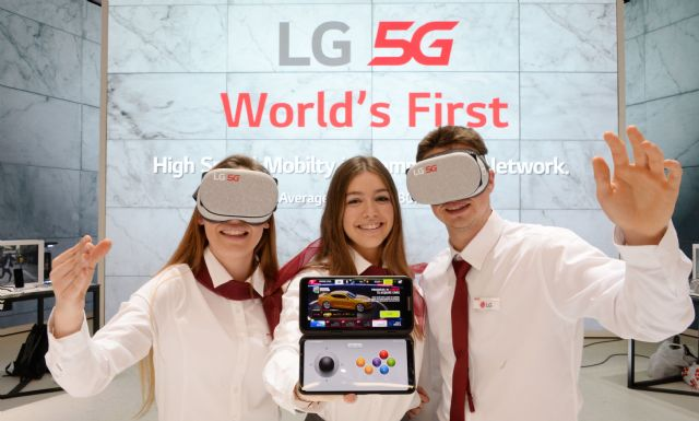 LG전자 모델들이 LG V50 ThinQ로 가상현실(VR) 콘텐츠를 즐기는 모습.(사진=LG전자)
