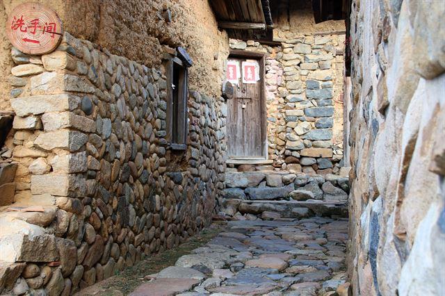 아란석으로 장식된 구산중촌 골목.