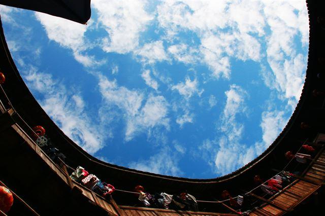 화창루 마당에서 본 하늘.