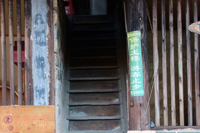 유창루 2층으로 올라가는 계단.