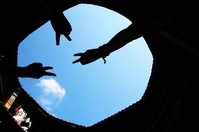 여승루 마당에서 본 하늘.