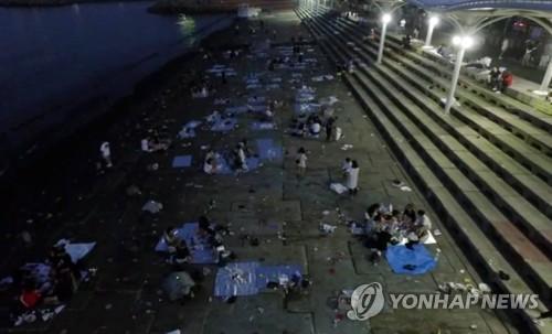 지난해 새벽 쓰레기 방치된 민락수변공원 모습 [연합뉴스 자료사진]