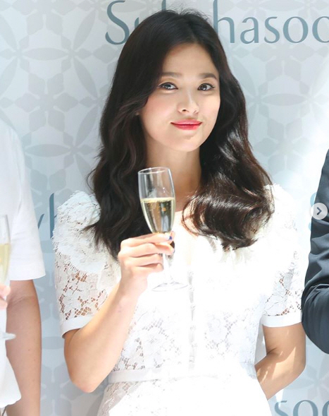 """<p> Actor Song Hye-kyo marriage 1 year here but in the background right behind the first China attended the event, revealed.</p><p>China-speaking media for the last 6 days, Song Hye-kyo with China Hainan one of the shopping center in the open cosmetics brand As attended the event was the news that I was. According to reports, Song Hye-kyo this day, the relationship with about 10 minutes of questions and answers given and received.</p><p>Song Joong-ki and of divorce after the announcement of the first official analysis, as Song Hye-kyo is a subtle smile while the fans arms and more.</p><p>Song Hye-kyo and Song Joong-ki is last month 27, the Association of divorce news came. Song Joong-ki in the last month 26, Song Hye-kyo against the Seoul Family Court in divorce adjustment and the legal representative """"through litigating bring each other to blame than amicable divorce procedure to finish and hopes to have a""""high stance tightens. Song Hye-kyo is a measure """"of difference, not overcome by the divorce to decide was,""""he said.</p><p>Information standardized</p>"""