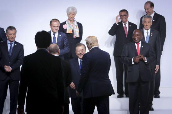 문재인 대통령이 28일 오전 인텍스 오사카에서 열린 G20 정상회의 공식환영식에서 기념촬영 전 트럼프 미국 대통령과 대화하고 있다. [이미지출처=연합뉴스]