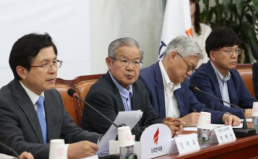 황교안 자유한국당 대표(맨 오른쪽)가 7일 국회에서 열린 '일본의 경제보복 관련 긴급대책회의'에서 발언하고 있다. 연합뉴스