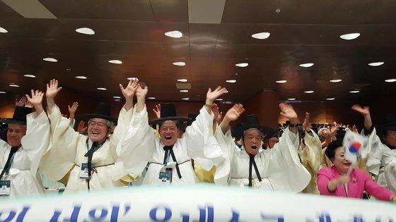 세계유산위원회에서 서원이 세계유산으로 등재되자 기뻐하는 서원 대표들. [사진 문화재청]