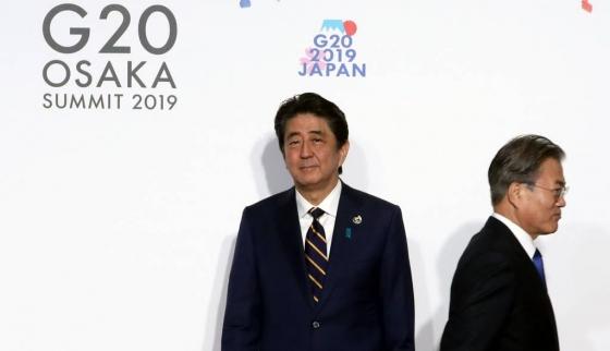 문재인 대통령이 지난달 28일 일본 오사카에서 열린 G20 정상회의 공식환영식에서 의장국인 일본 아베 신조 총리와 악수한 뒤 행사장으로 향하고 있다. /사진=뉴시스