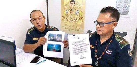 수사에 나선 태국 현지 경찰이 방영된 SBS '정글의 법칙' 영상물 사진과 수사 자료를 보여주는 장면. [사진 YTN 캡처]