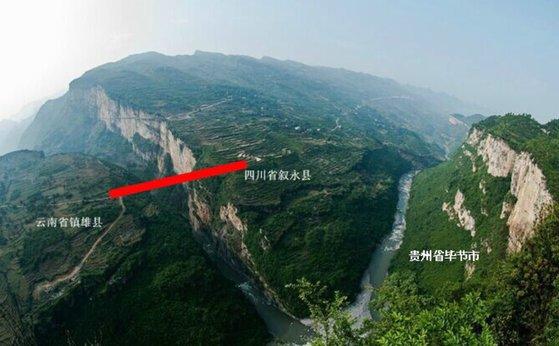 아치 다리를 중심으로 왼쪽은 윈난, 오른쪽은 쓰촨성이고 오른쪽 아래는 구이저우성으로 연결된다. [신화=연합뉴스]
