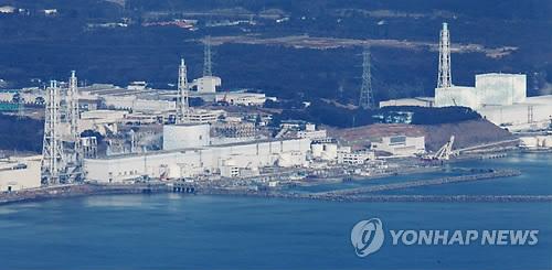 2011년 3월 17일 후쿠시마 제 1 원자력 발전소 3호기에서 흰 연기가 피어오르는 모습 [교도=연합뉴스 자료사진]