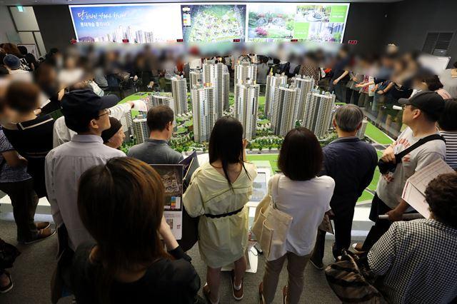서울의 한 아파트 분양 견본주택이 예비 청약자들로 북적이고 있다. 뉴스1