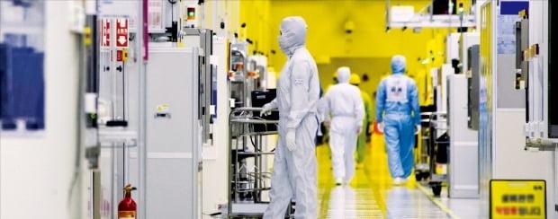 삼성전자 근로자들이 경기 화성캠퍼스 반도체 생산라인 클린룸에서 반도체 장비를 점검하고 있다.  /삼성전자  제공