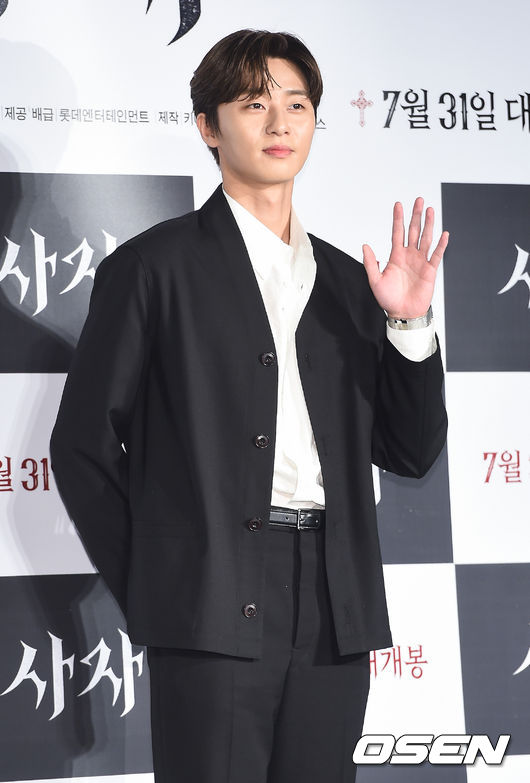 <p> Park Seo-joon the film Lionin the main term future in the hands of the wounds mentioned.</p><p>11 PM Seoul Lotte World Adventure Garden stage in the movie Lionof the SUMMER NIGHT showcase is open. Main actors Park Seo-joon, Ahn Sung-Ki, we also exchange and directed his Kim Joo hwan Director attended.</p><p>Moderator night background picture poster and trailer in hand in the wound I have that I wonderhe asked, and Park Seo-joon is a this question every where ever you need to talk to one of worry. My thoughts on hand in the wound is how I see the start of the film, while the films core seems to beand to answer your questions, I found myself in.</p><p>This is the Midnight Runners Park Seo-joon and Kim, Joo hwan Director once again hand side. Midnight Runners because Park Seo-joon and Mr. were together, but Park Seo-joons 180 degrees different, we can see you?The question on Kim Joo hwan Director for the boy and the bruise crew image, this time a tremendous male with dark images returned seems to be,he said.</p><p>This in the night background picture is in the fly Park Seo-joons face close-up with the Grab told, and the male image and the dark image to show asked. Park Seo-joon is eyebrows twitched seal the stain to laugh, I found myself in.</p><p>Meanwhile, the Lionis a Fighting Champion Dragon weather(Park Seo-joon)family, the priest should have some(safe enough)to meet the world into a chaos strong evil(惡)to fit in the story and so on. 2017 Summer Theatre the music scene was the movie Midnight Runners(565 million people)of Kim Joo hwan Director and Park Seo-joon the chance, work with, entirely different genre than the. Coming 31 opening.</p><p>/ [Photo] DB</p><p> DB</p>