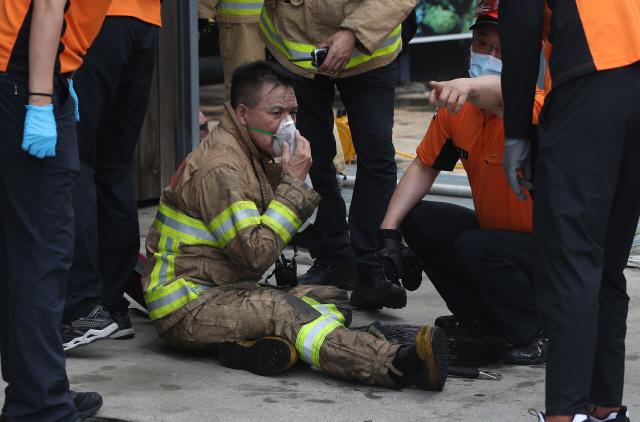 11일 대구 수성구 두산동 지하 1층 노래연습장에서 불이 난 가운데 구조가 필요한 인명 수색에 나섰던 소방관이 수색 후 유독가스를 많이 마셔 응급처치를 받고 있다. /연합뉴스