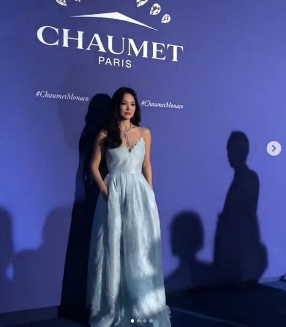 <p>Song Hye-kyo is on the 11th afternoon, the French in Monaco open a French jewelry brand Chaumet event in the Asian Ambassador as attended. In the event that Hollywood Actor Natalie Portman, top model Natalia Vodianova were in attendance.</p><p>Photo month, in line Song Hye-kyo is the Chaumet exhibition opening party in a black dress wearing a dazzling beauty to transform him. Gala dinner in a sky-blue sleeveless dress to wear and elegant beauty to emanate to all that did. Especially Song Hye-kyo is Natalie Portman and friends and attracted attention.</p><p> This is the same song Chicago School of domestic and Hong Kong, Taiwan famous fashion of the formula via SNS in real time was. Song Hye-kyo is Elle Taiwan through a bright smile in Monaco and there. Awesome jewelry with that happy,said the source revealed. Also, Song Hye-kyos divorce news, Korean hot enough to show interest and China entertainment media in France of Song Hye-kyo look on the main page and the placement of interest revealing here.</p><p> Meanwhile, Song Hye-kyo is a fellow Actor Song Joong-ki and 2017, 10 November wedding on the Golf course but last month 27 days 1 year 8 months on the divorce news was.</p><p>Song Hye-kyo is the divorce news after the China Open at the brand attended the event for a few days after France and Monaco in the two-day event and open day events in the market.</p>