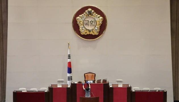 국회의장석 책상을 닦는 청소노동자. 사진=연합뉴스