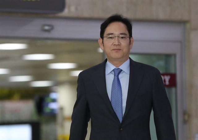 이재용 삼성전자 부회장이 일본 출장을 마치고 12일 서울 강서구 김포국제공항에 도착하고 있다. 연합뉴스